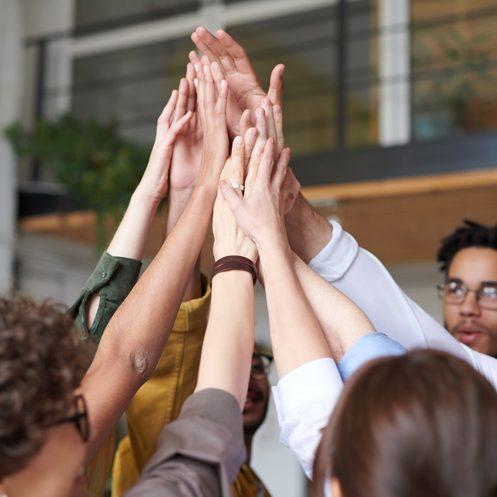 Foto von Menschen, die sich gegenseitig die Hände berühren
